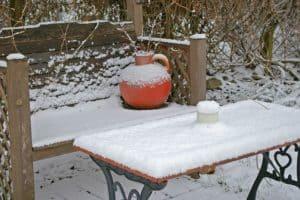Gartenbank-Winter-Schnee-roter Krug