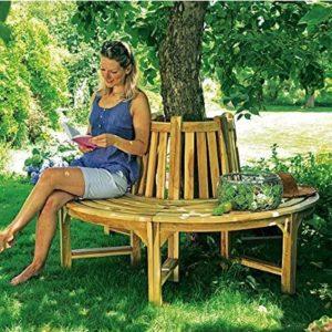 Baumbank Akazie rund unter Obstbaum mit Frau