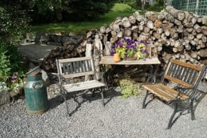 seating-area-889781__340-gartenbank-holz-vor holzstapel