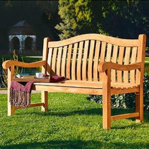 Gartensitzbank 3er Teakholz mit geschwungener Rückenlehne und Armlehne