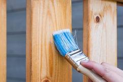 Tipps Restauration und Reparatur Gartenbänke Holz Pinsel